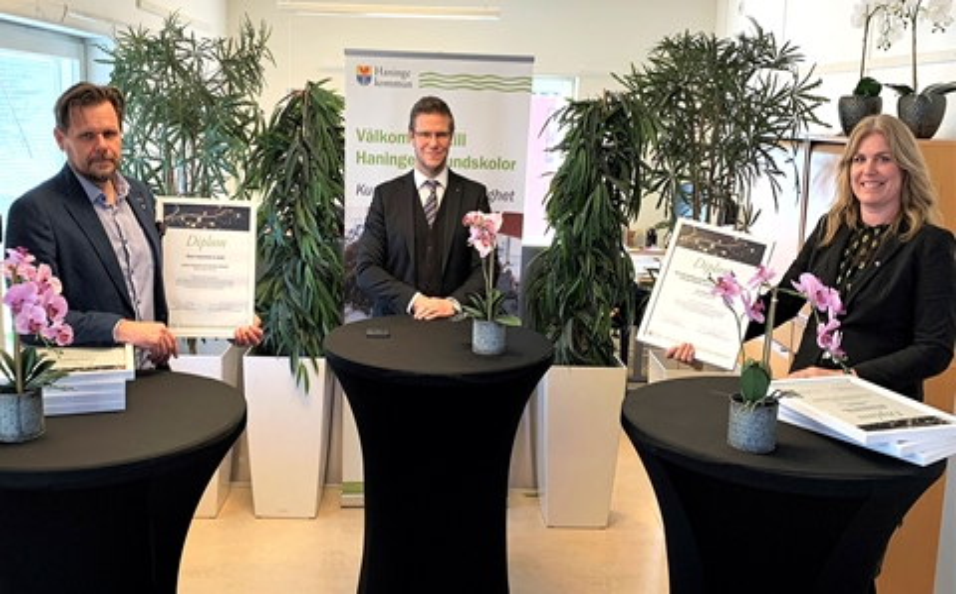 Fotografi med Grund- och förskolenämndens ordförande Tobias Hammarberg, utbildningsdirektör Henrik Lindh och Gymnasie- och vuxenutbildningsnämndens ordförande Maria Fägersten.